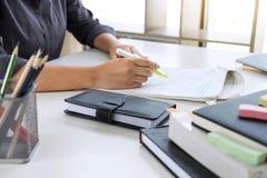 Las imágenes de estudiar al estudiante dan la escritura en libro durante conferencia fotos de archivo