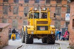 Las impulsiones del tractor de Kirowez K 700 del ruso en una demostración del oldtimer a través del altentreptow Alemania en pued Fotos de archivo