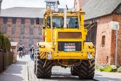 Las impulsiones del tractor de Kirowez K 700 del ruso en una demostración del oldtimer a través del altentreptow Alemania en pued Fotografía de archivo libre de regalías