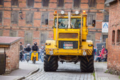 Las impulsiones del tractor de Kirowez K 700 del ruso en una demostración del oldtimer a través del altentreptow Alemania en pued Fotografía de archivo
