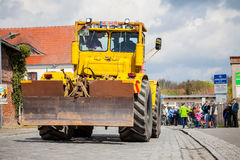 Las impulsiones del tractor de Kirowez K 700 del ruso en una demostración del oldtimer a través del altentreptow Alemania en pued Imagen de archivo