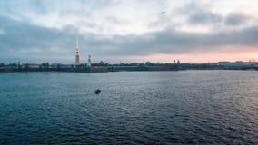 Las industrias pesqueras rusas utilizan un bote pequeño a la pesca almacen de video