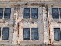 Las instalaciones de la prisión aherrumbraron las ventanas en la pared exterior Foto de archivo