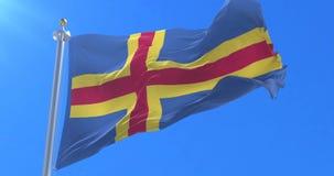 Las islas de Aland señalan agitar por medio de una bandera en el viento en lento con el cielo azul, lazo