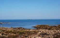 Las islas de Farne de Seahouses en día de verano nebuloso fotos de archivo libres de regalías