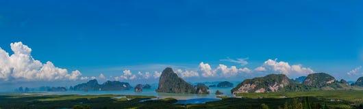 Las islas hermosas en Pha Nga aúllan en el panorama largo de Tailandia imagenes de archivo