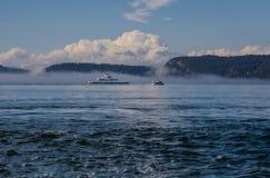 Las islas y el transbordador de alta mar se cubren en niebla Imagen de archivo