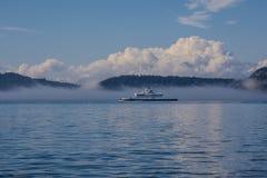 Las islas y el transbordador de alta mar se cubren en niebla Imagenes de archivo