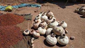 Las jarras de la arcilla colocaron en una parada fotografía de archivo libre de regalías