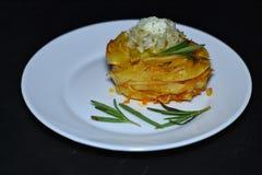 Las jerarquías de los espaguetis con chiken las albóndigas y la salsa de crema agria en la tabla oscura foto de archivo libre de regalías