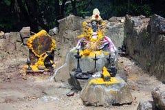 Las lámparas de aceite encendidas y las flores ofrecieron a dioses, Agasthyakoodam, Kerala, la India Imagenes de archivo