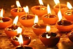 Las lámparas de aceite se encendieron en la fila, festival del diwali Imagen de archivo libre de regalías