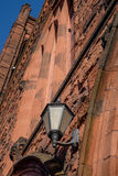 Las lámparas de la fachada y de la entrada del ladrillo de los wi históricos viejos de una iglesia Imágenes de archivo libres de regalías