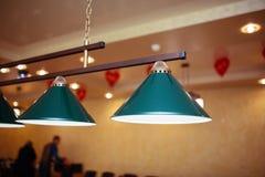 Las lámparas del billar sobre la tabla de billar están listas para el juego Fotografía de archivo