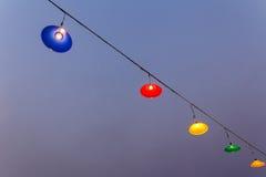 Las lámparas que cuelgan en una diversión encargan, lámpara, colgando la lámpara Fotos de archivo