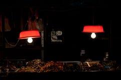 Las lámparas rojas tradicionales encienden para arriba una parada de la comida en un mercado al aire libre de la comida de Shanga Imagen de archivo libre de regalías