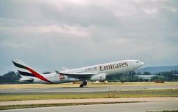 Las líneas aéreas Airbus A330 A6-EAB de los emiratos salen Manchester Imagen de archivo
