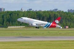 Las líneas aéreas del Superjet 100 RA-89087 Yamal de Sukhoi en despegue Aeropuerto de Pulkovo Fotografía de archivo libre de regalías