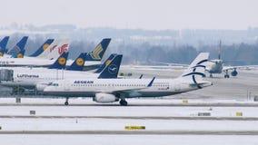 Las líneas aéreas egeas acepillan en el aeropuerto de Munich, Alemania almacen de video