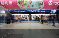Las líneas de pasajeros suben a un tren en la ciudad Hall Station de Taipei en el li azul del metro del MRT del ` s de la ciudad Imagen de archivo