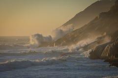 Las líneas de resaca marchan adentro hacia la playa en un día tempestuoso imagenes de archivo