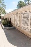Las líneas del evangelio de la marca en varias idiomas escritas en la pared en el lugar baptista Yardenit, donde los ritos del ba foto de archivo