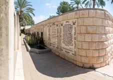 Las líneas del evangelio de la marca en varias idiomas escritas en la pared en el lugar baptista Yardenit, donde los ritos del ba imágenes de archivo libres de regalías