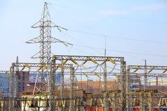Las líneas eléctricas cruzan el cielo en el paisaje urbano Fotos de archivo libres de regalías