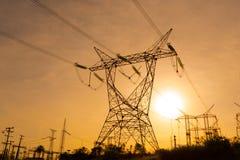 Las líneas eléctricas eléctricas que salen de una subestación en Foz hacen Iguazu fotografía de archivo libre de regalías