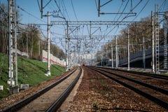 Las líneas ferroviarias y los carriles cerca del ferrocarril fotografía de archivo libre de regalías