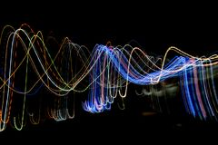 Las líneas rayadas multicoloras en el movimiento hecho del efecto luminoso, luz se arrastran Imagen de archivo libre de regalías