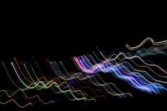Las líneas rayadas multicoloras en el movimiento hecho del efecto luminoso, luz se arrastran Fotografía de archivo libre de regalías