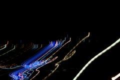 Las líneas rayadas multicoloras en el movimiento hecho del efecto luminoso, luz se arrastran Foto de archivo libre de regalías