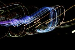 Las líneas rayadas multicoloras en el movimiento hecho del efecto luminoso, luz se arrastran Fotos de archivo