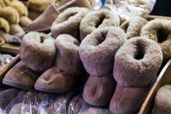 Las lanas beige marrones hechas a mano de las ovejas de la Navidad calientan botas naturales acogedoras de la piel Fotos de archivo