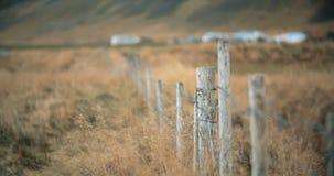 Las lanas cogieron en alambre en una cerca de la granja Fotografía de archivo
