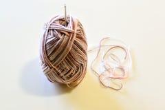 Las lanas y la aguja que hacen punto hechas a mano Fotos de archivo libres de regalías