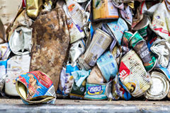 Las latas de aluminio comprimidas para reciclan Imágenes de archivo libres de regalías