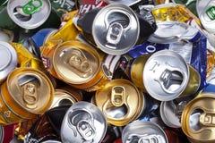 las latas de cerveza arrugadas el 16 de mayo de 2011 en Rusia Imagen de archivo
