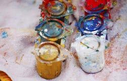 Las latas de la pintura del color se cierran para arriba fotos de archivo