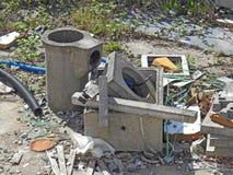 Las latas del aceite del sitio de los desperdicios de la basura del da?o del da?o medioambiental inclinan el edificio fotos de archivo libres de regalías