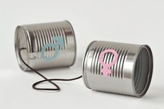 Las latas llaman por teléfono con el símbolo masculino y femenino del género en el backg blanco fotografía de archivo