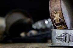 Las latas y la hornada forma en una tabla de madera Accesorios viejos de la cocina Foto de archivo