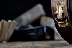 Las latas y la hornada forma en una tabla de madera Accesorios viejos de la cocina Imagenes de archivo