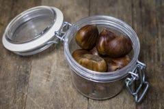 Las latas y la hornada forma en una tabla de madera Accesorios viejos de la cocina en la tabla de cocina Imagen de archivo libre de regalías