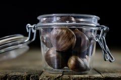 Las latas y la hornada forma en una tabla de madera Accesorios viejos de la cocina en la tabla de cocina Fotos de archivo