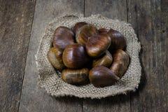 Las latas y la hornada forma en una tabla de madera Accesorios viejos de la cocina en la tabla de cocina Foto de archivo