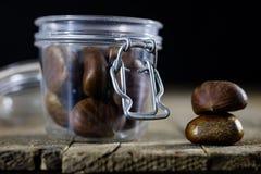 Las latas y la hornada forma en una tabla de madera Accesorios viejos de la cocina en la tabla de cocina Imágenes de archivo libres de regalías