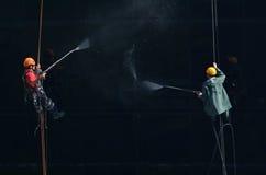 Las lavadoras lavan las ventanas del rascacielos moderno Fotos de archivo