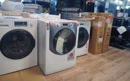 Las lavadoras reparan en centro de servicio fotos de archivo